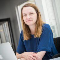 Sarah Devis op kantoor